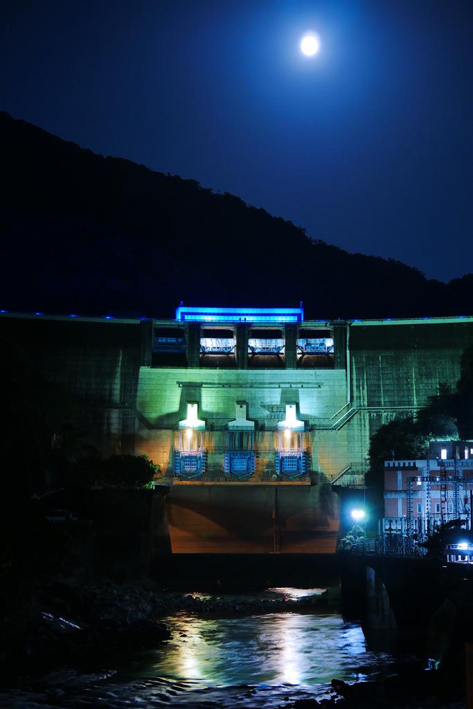 宇治 天ヶ瀬ダムと満月の写真素材