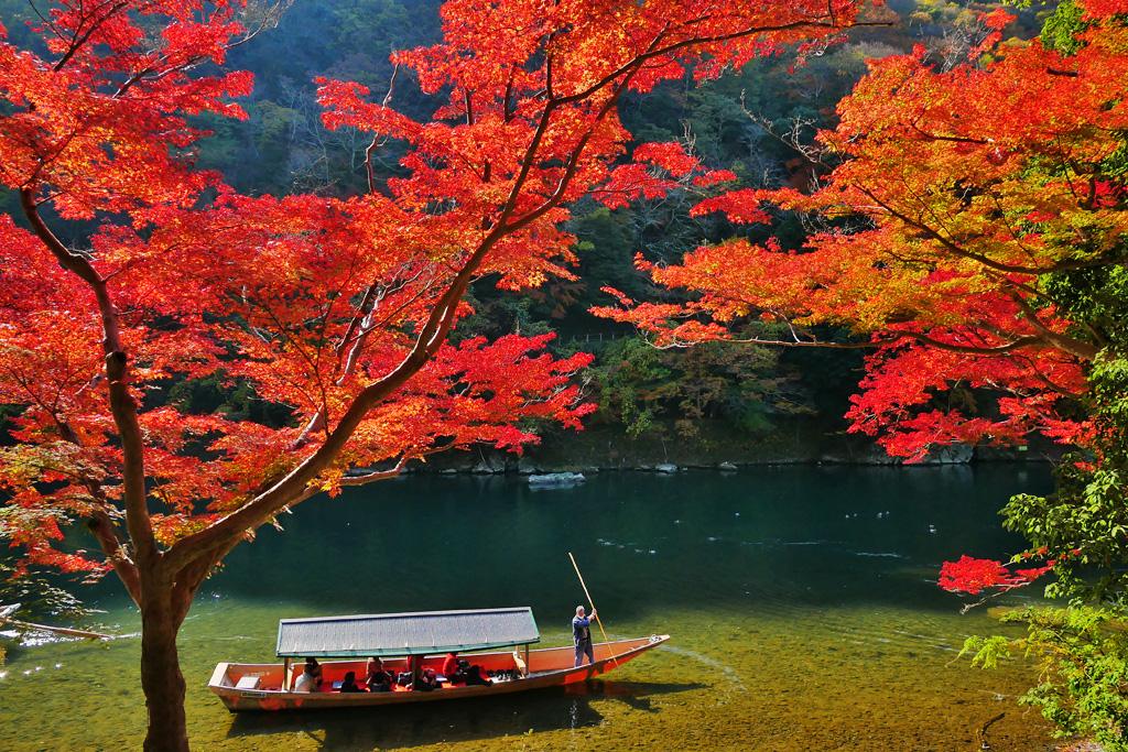 嵐山の渡し舟と紅葉の写真素材