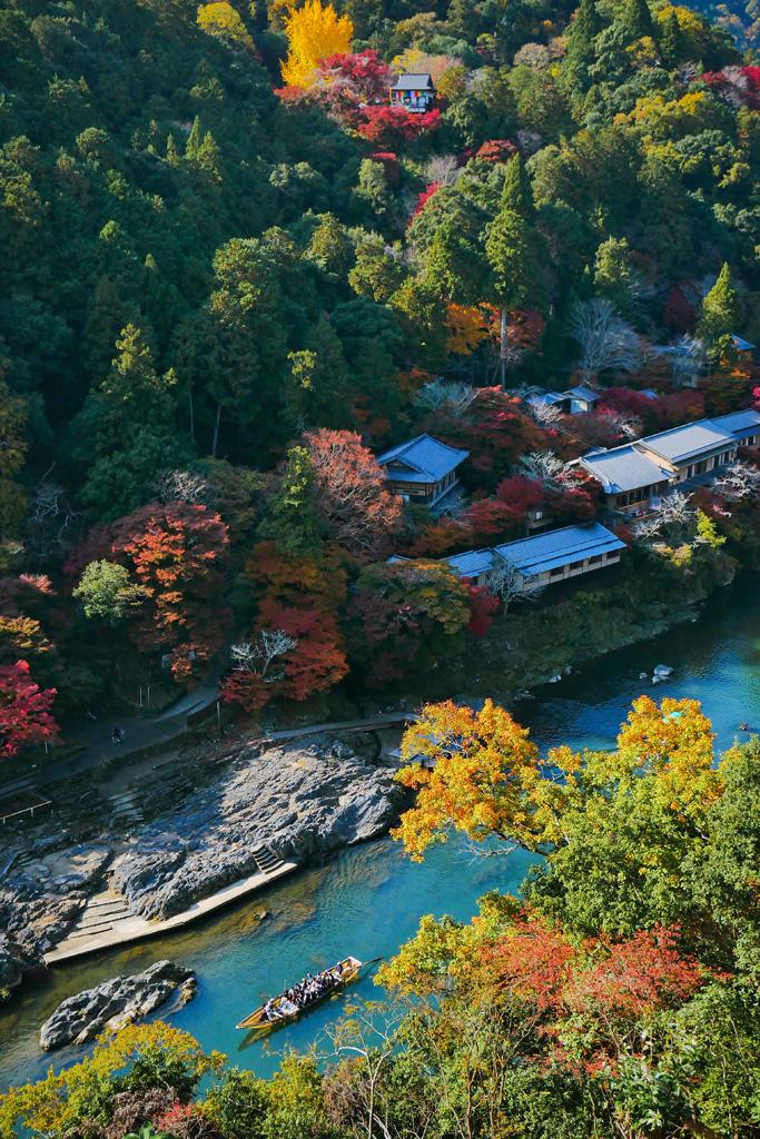 紅葉の保津川と大悲閣千光寺の写真素材