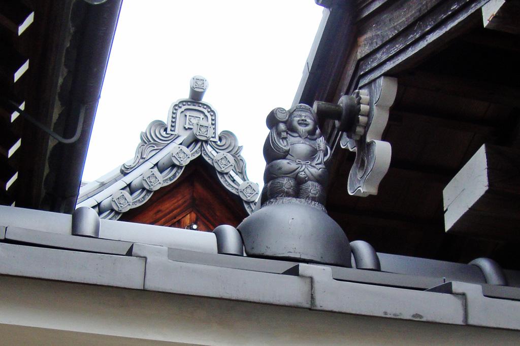 屋根の上の大黒さんの写真素材