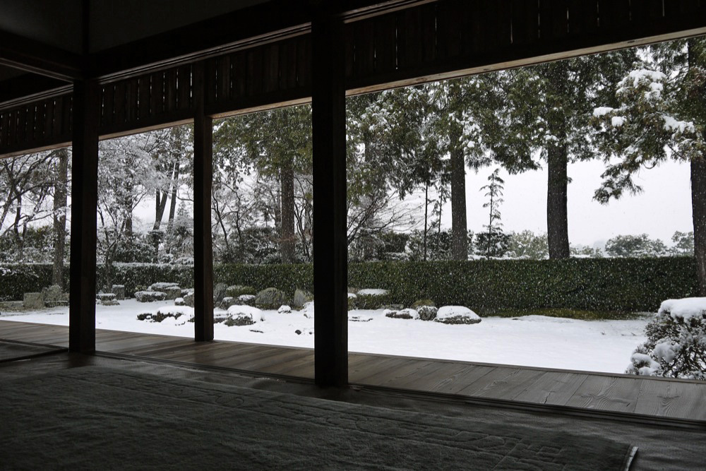 雪の圓通寺の枯山水庭園の写真素材