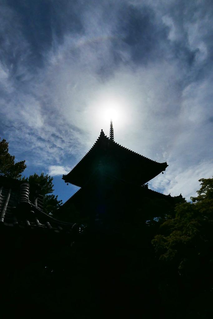 真如堂の三重塔とハロと空の写真素材