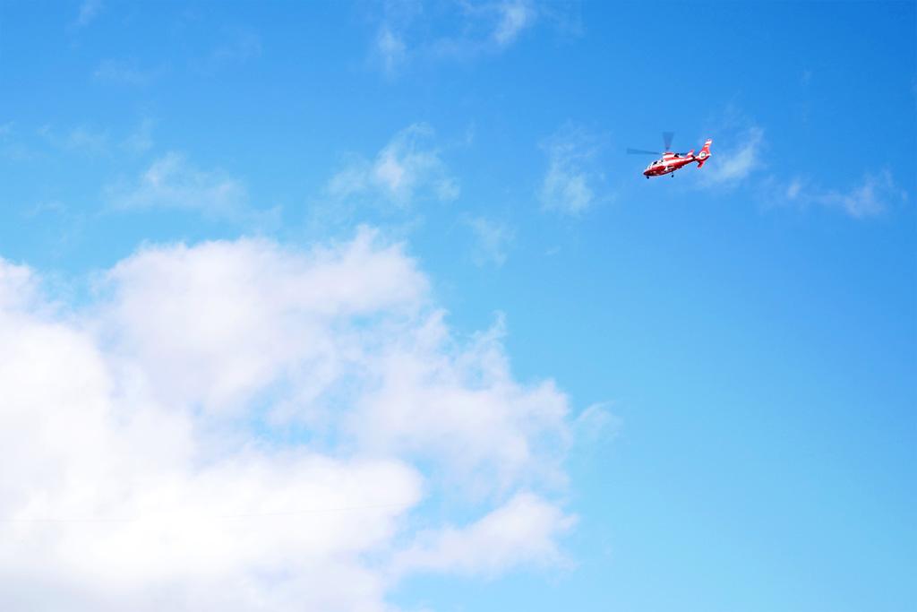 ヘリコプターと青空の写真素材