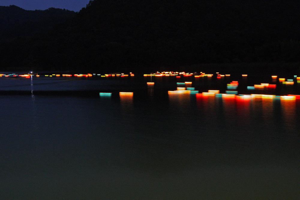 京都 広沢池の灯籠流しの写真素材