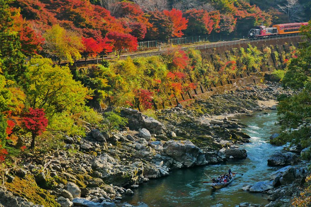 保津川下りと嵯峨野トロッコ列車の写真素材