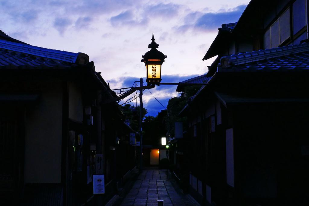 石塀小路の夜の写真素材
