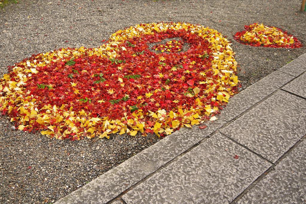 出雲大神宮の落ち葉のハートの写真素材