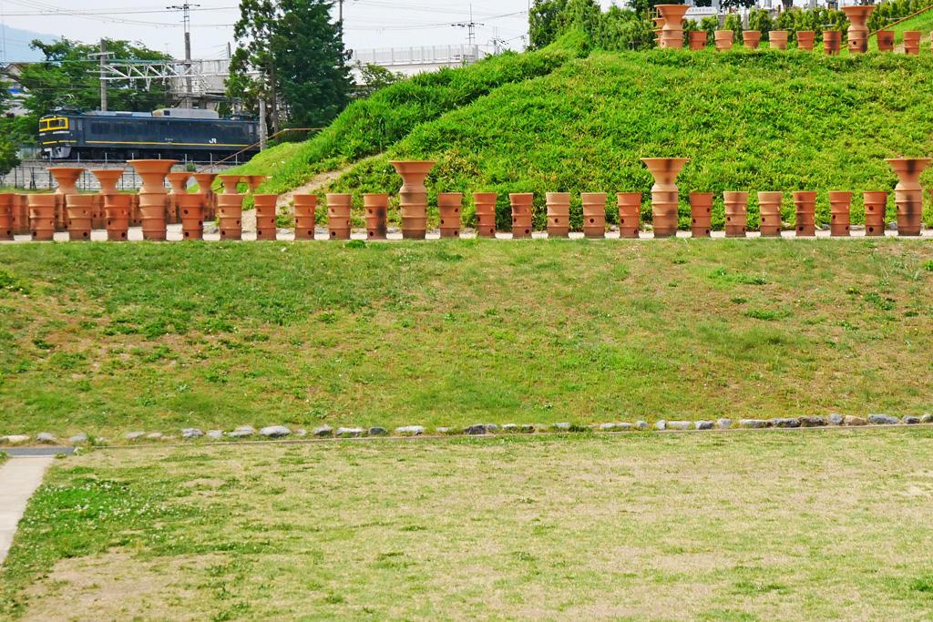 JR京都線 貨物列車 EF81 トワイライトエクスプレス 恵解山古墳の写真素材