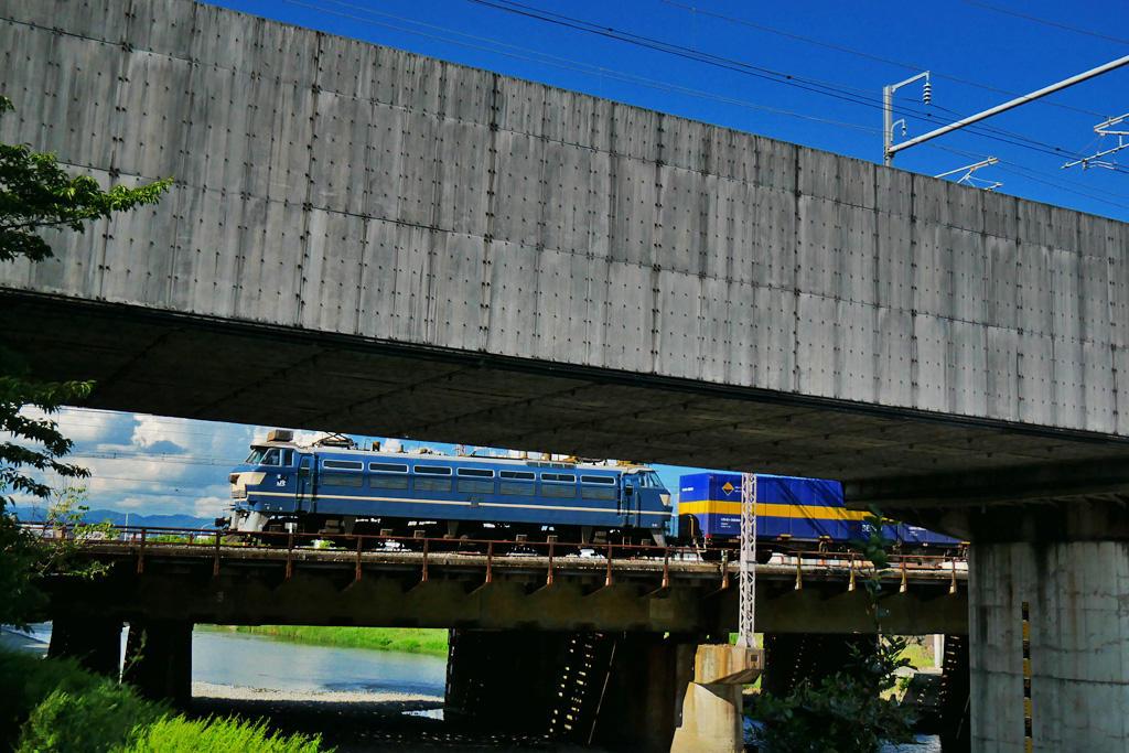 京都 鴨川を渡るEF66-27の写真素材