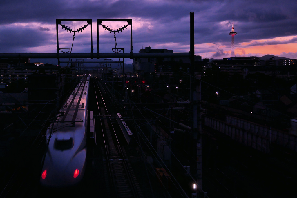 京都の新幹線と京都タワー 夕暮れの写真素材