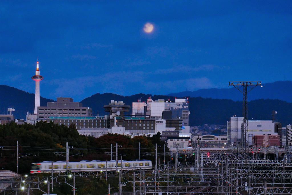 栗名月と京都タワーとJR山陰線の写真素材