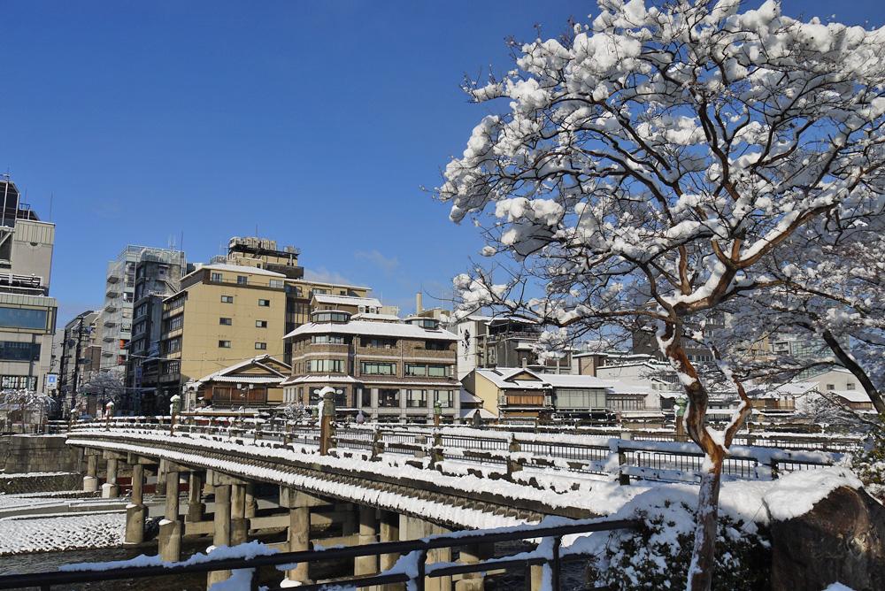 京都 鴨川の雪の写真素材