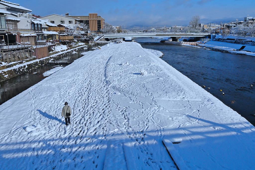 京都 鴨川の雪の無料写真素材