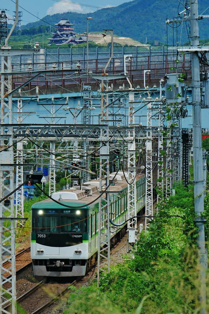 京阪電車と伏見桃山城の写真素材