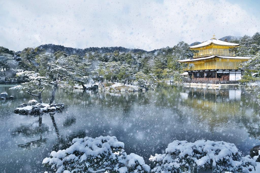 金閣寺の雪景色の写真素材
