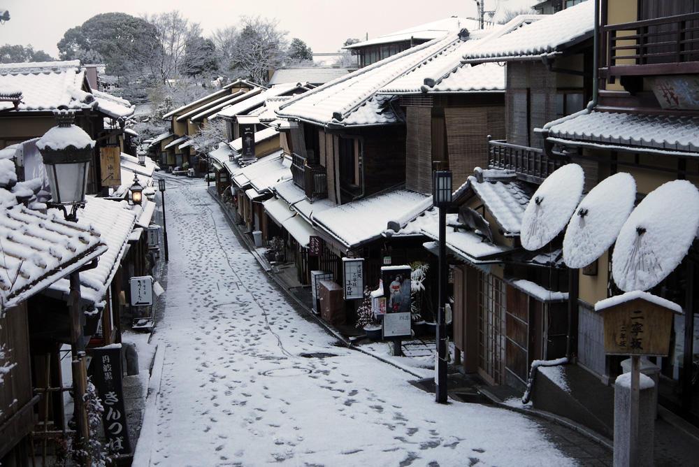 二年坂の雪の写真素材
