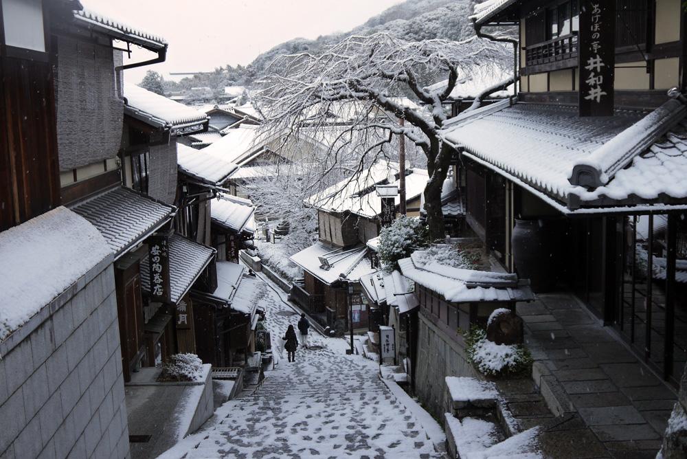 三年坂の雪の写真素材