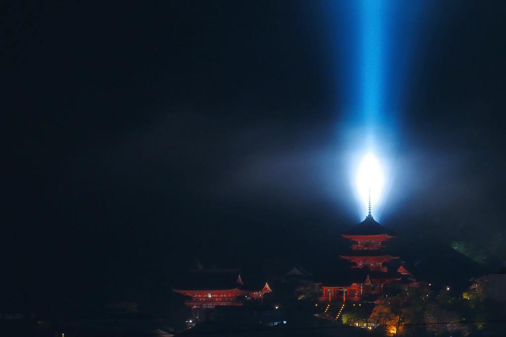 ライトアップの清水寺三重塔の写真素材