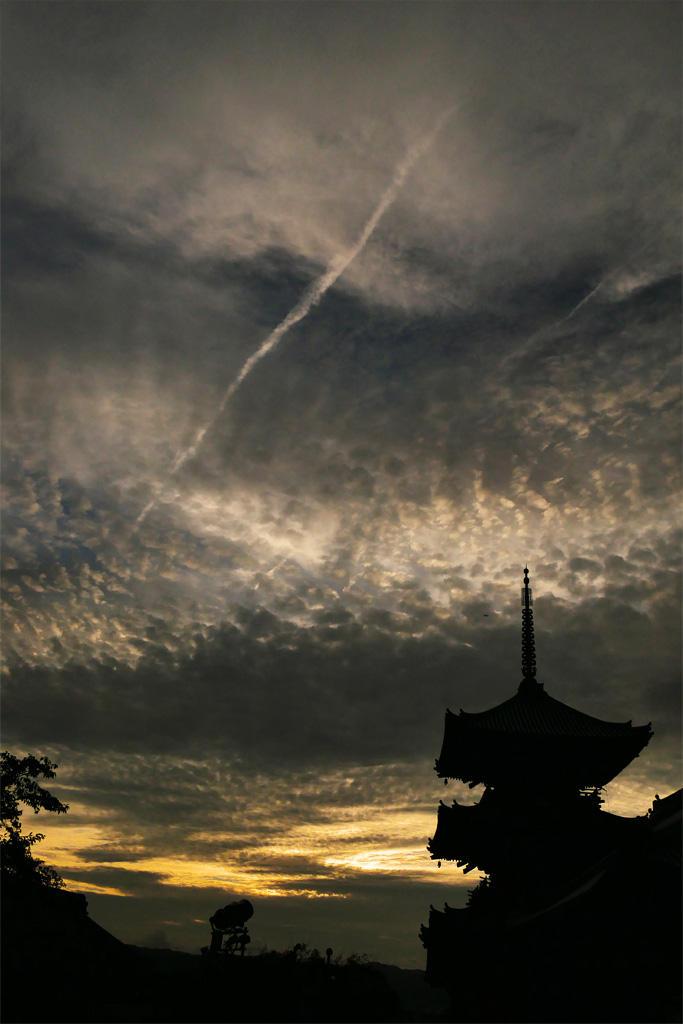 清水寺の三重塔と飛行機雲の写真素材