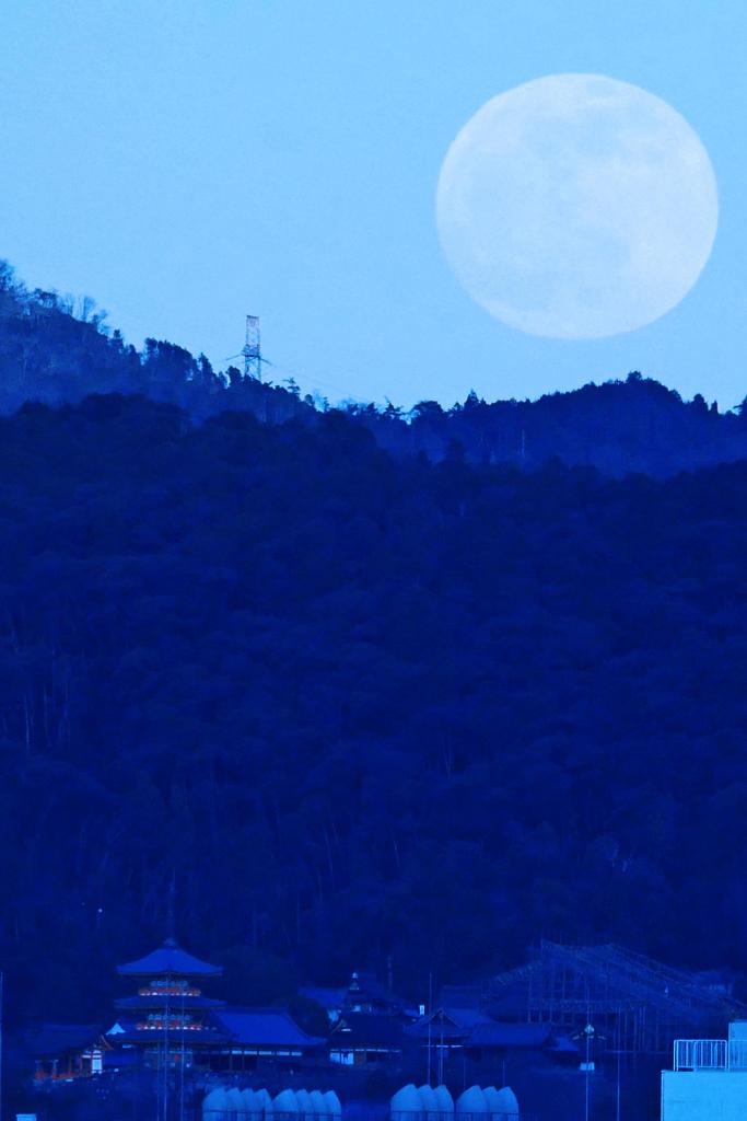 清水寺と満月の夜景の写真素材