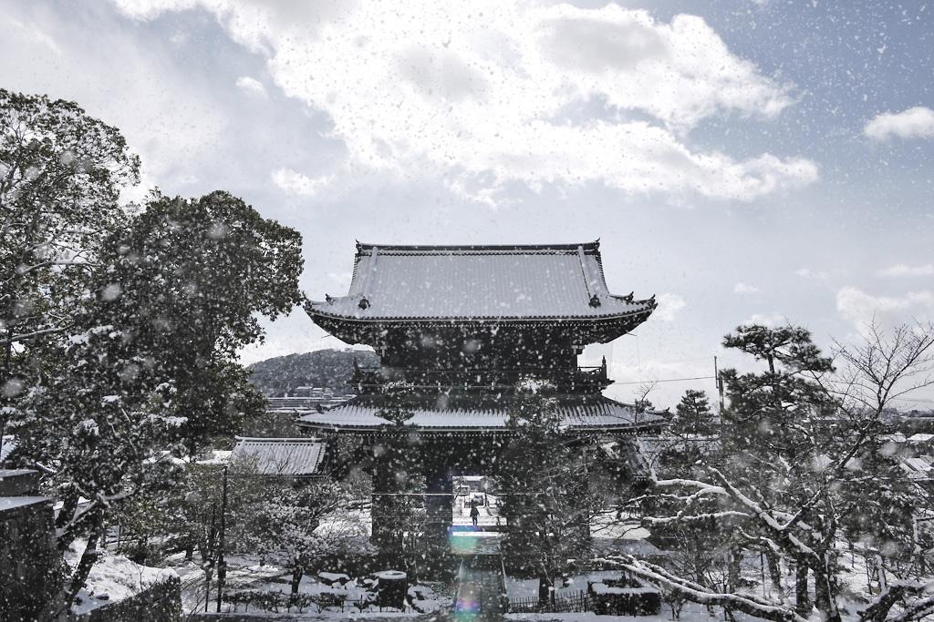 金戒光明寺の雪の写真素材