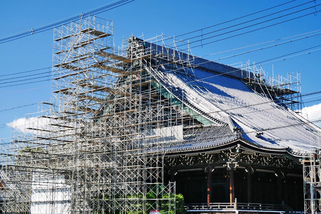 修理中の興正寺の写真素材