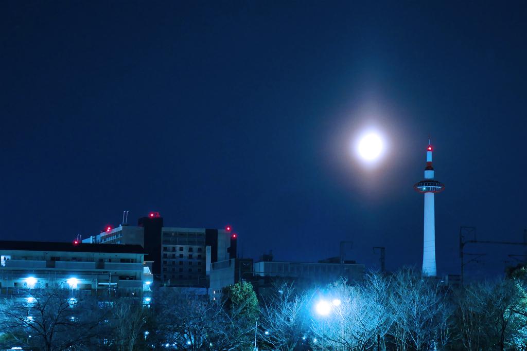 月と京都タワーの夜景の写真素材