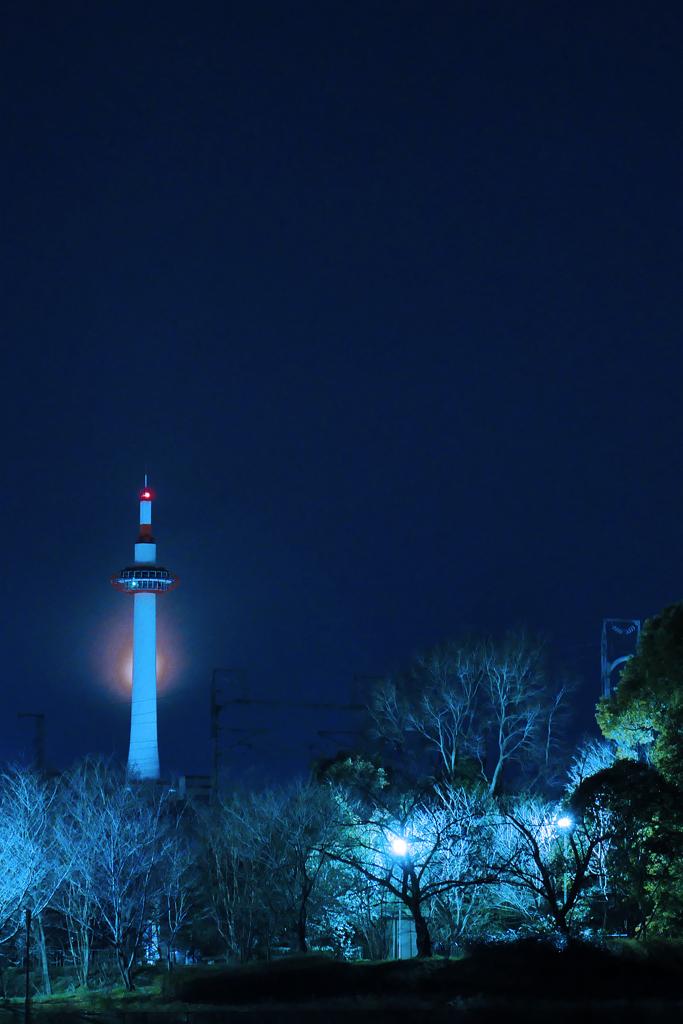 京都タワーと月の写真素材