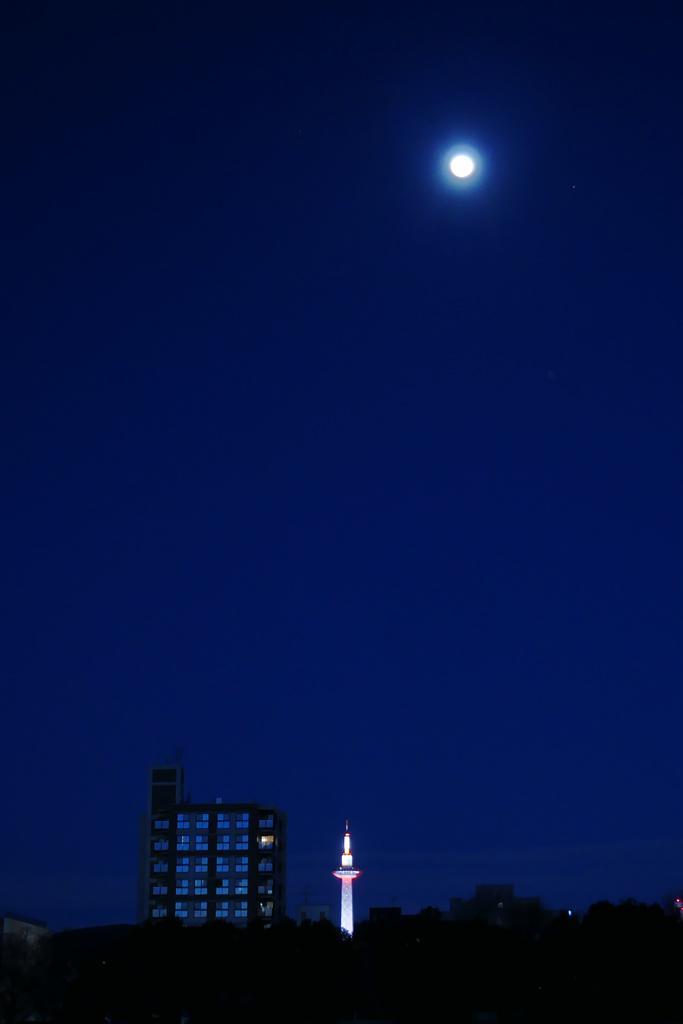 満月と京都タワーの夜景の写真素材
