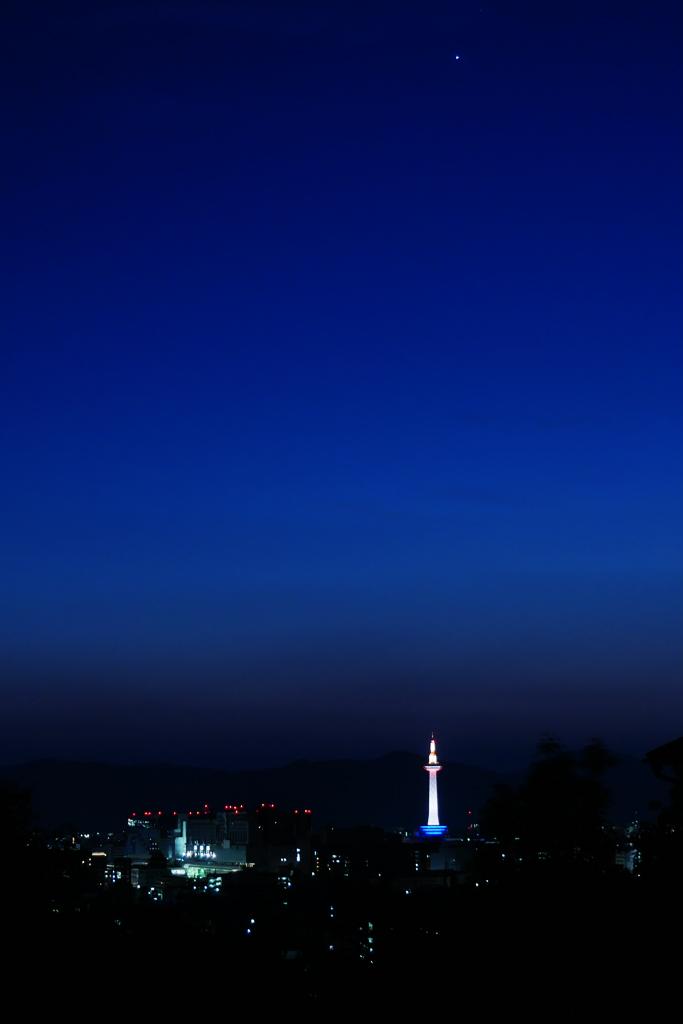 京都タワーの夜景の写真素材