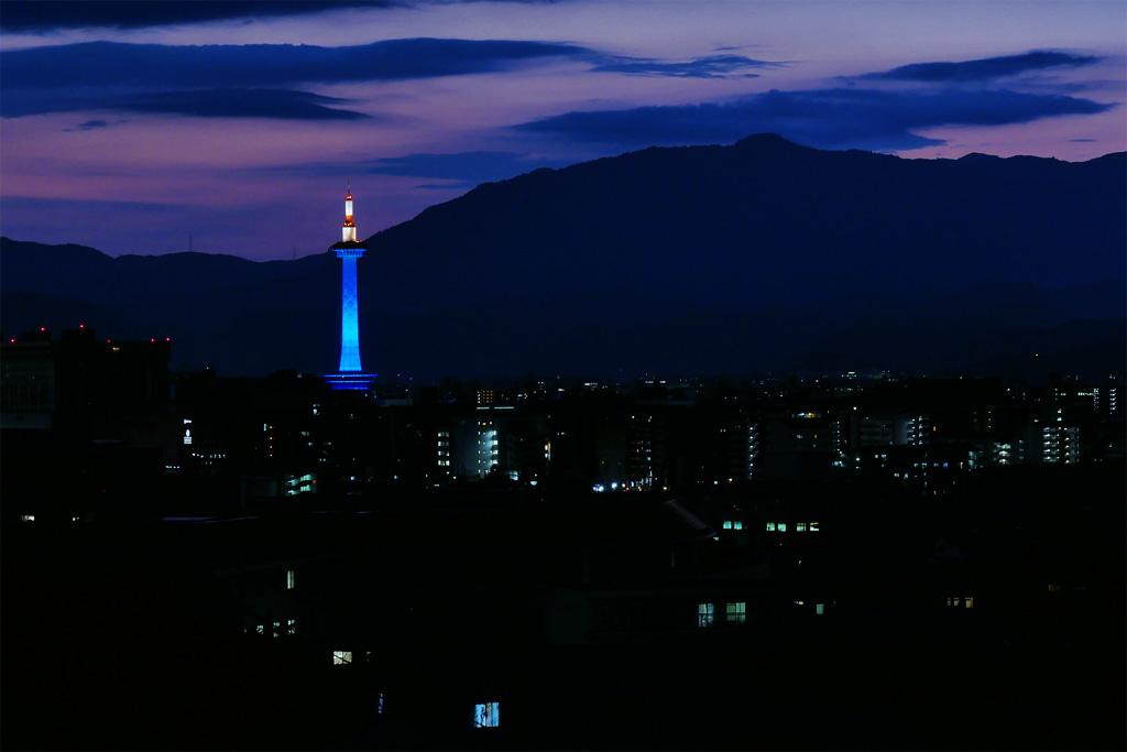 京都タワー ブルーのライトアップの写真素材