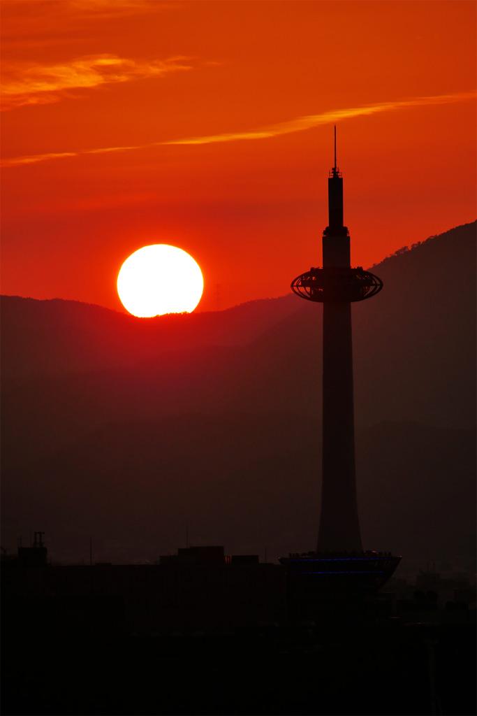 夕日と京都タワーの写真素材
