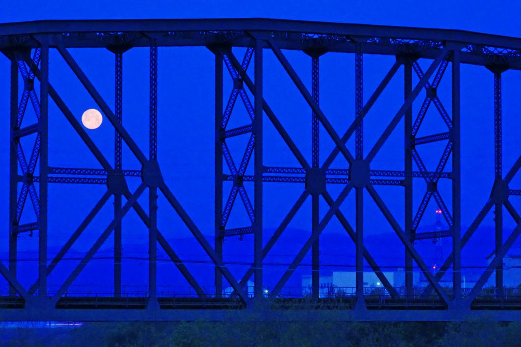 満月と澱川橋梁の写真素材