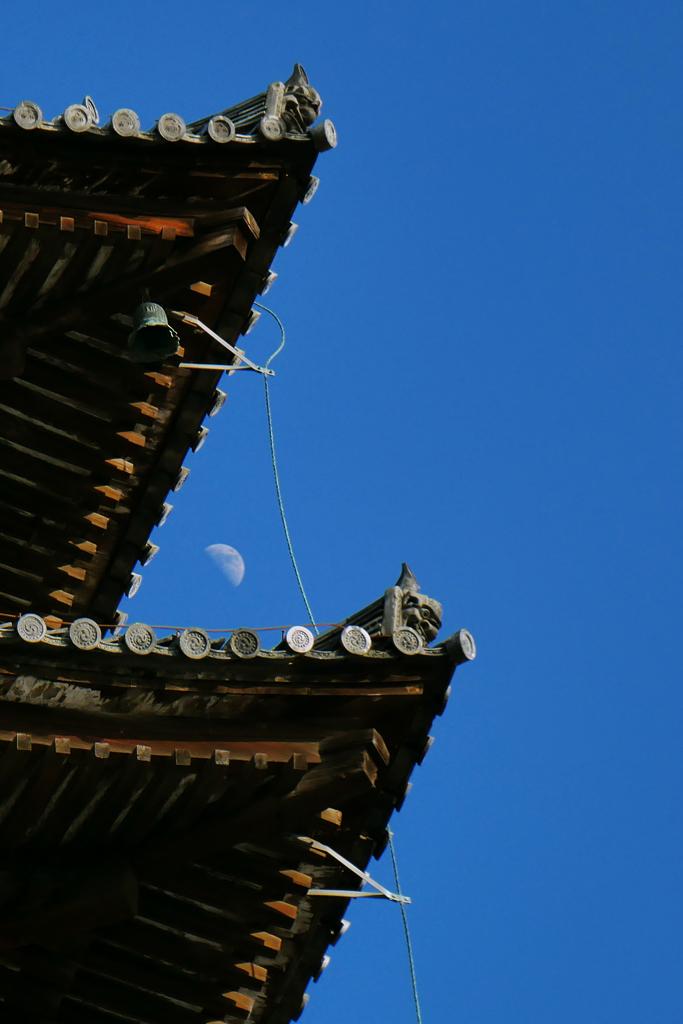 八坂の塔と月の写真素材