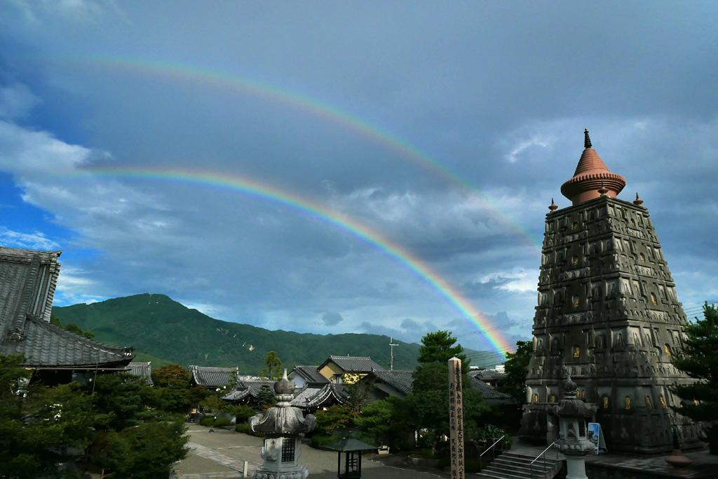 妙満寺から見る虹 ダブルレインボーと比叡山の写真素材