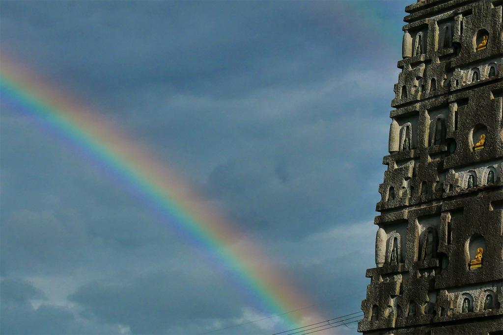 虹の出た妙満寺の写真素材