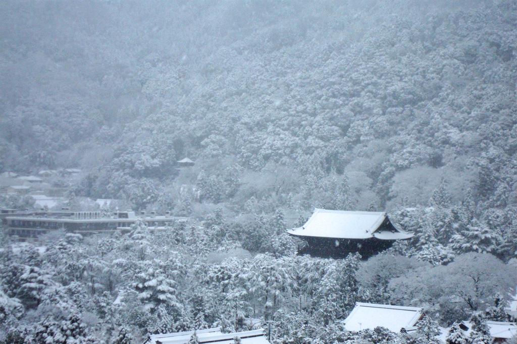 南禅寺の雪の写真素材