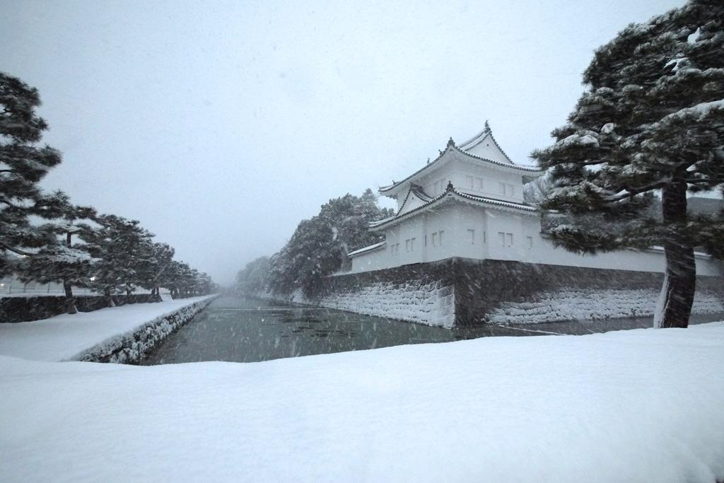 雪の二条城と濠の写真素材