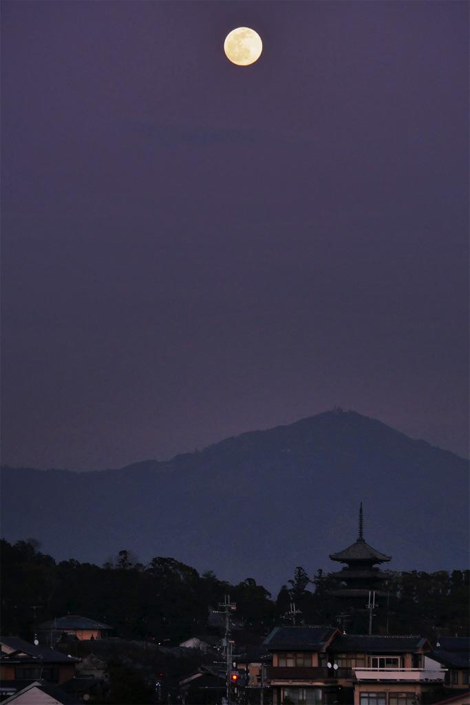 仁和寺の五重塔と満月の写真素材