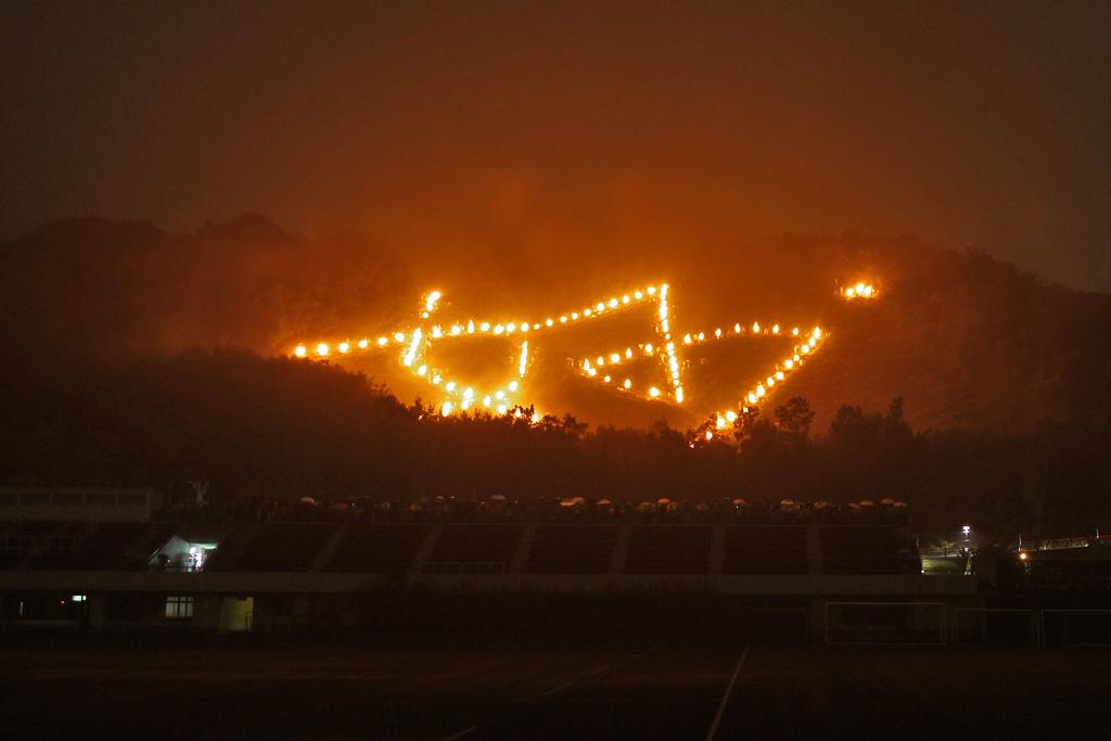 雨 妙の送り火の写真素材
