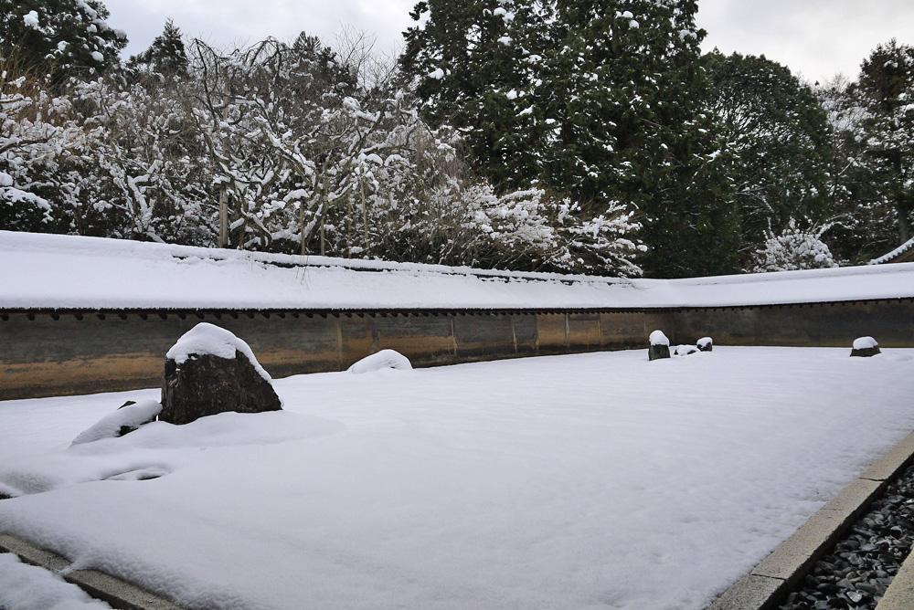 龍安寺の雪景色枯山水庭園