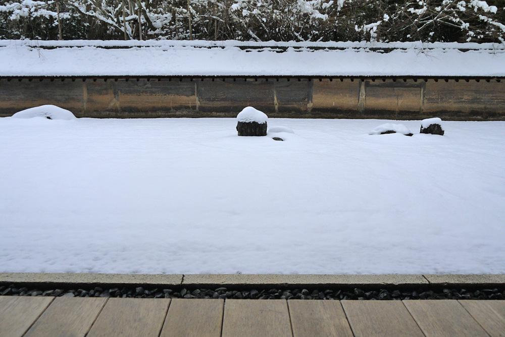 龍安寺の雪景色の写真素材