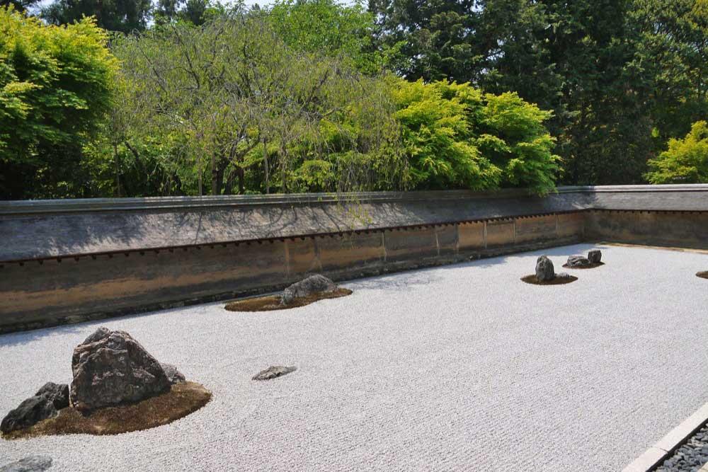 龍安寺の青もみじ枯山水庭園