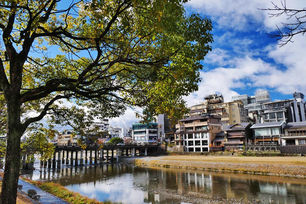 京都 鴨川 三条大橋の写真素材素材