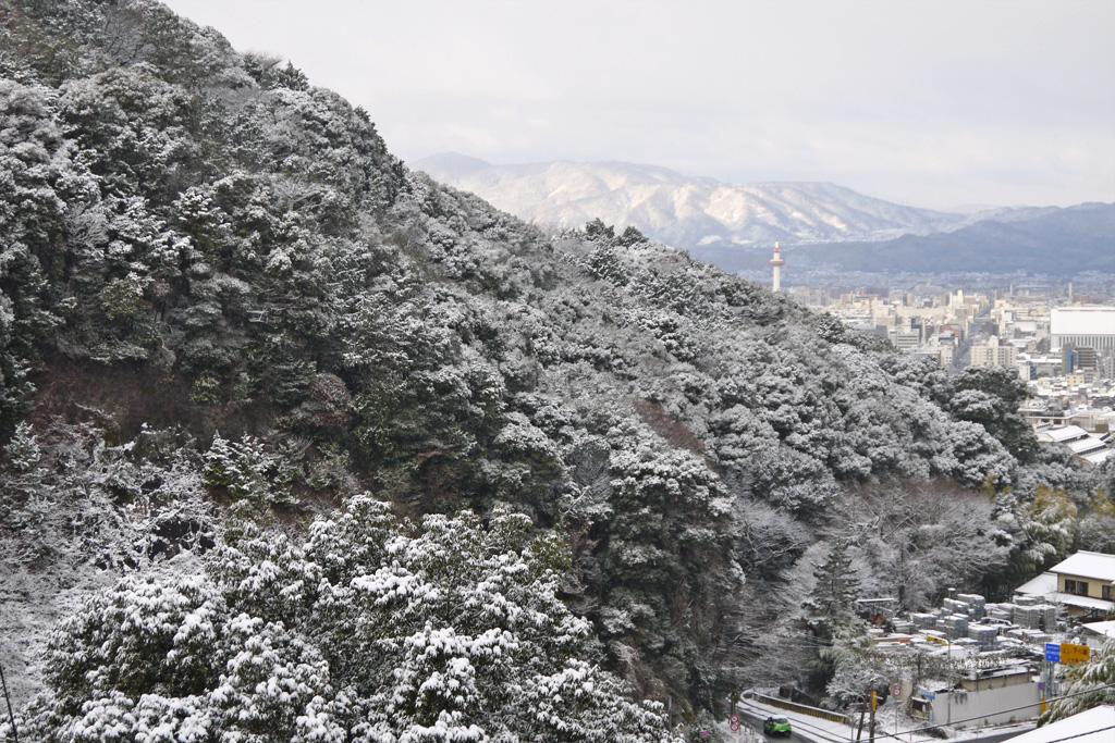 清閑寺の雪の写真素材