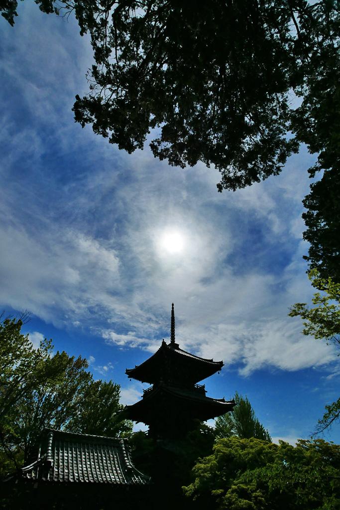 真如堂の三重塔と日暈の写真素材