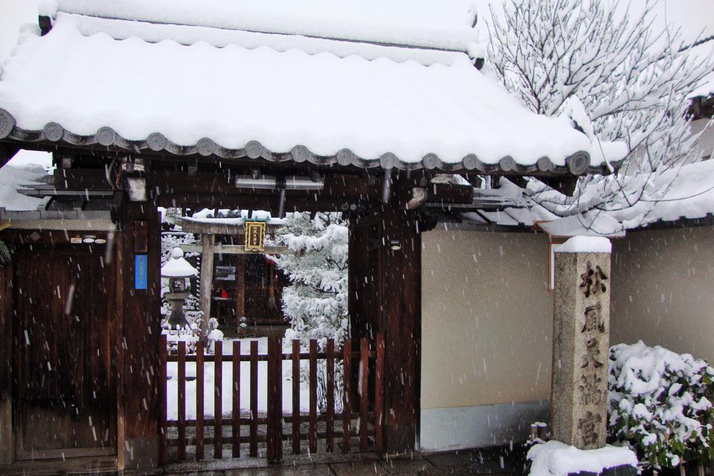 松風天満宮の雪の写真素材