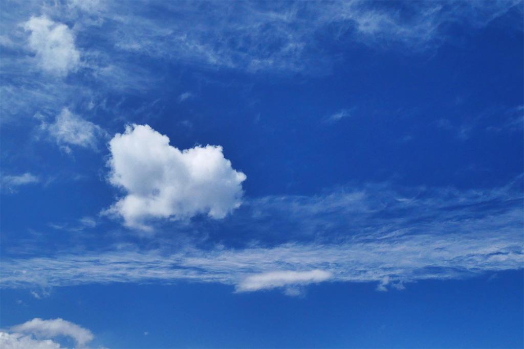 綿雲と青空の写真素材
