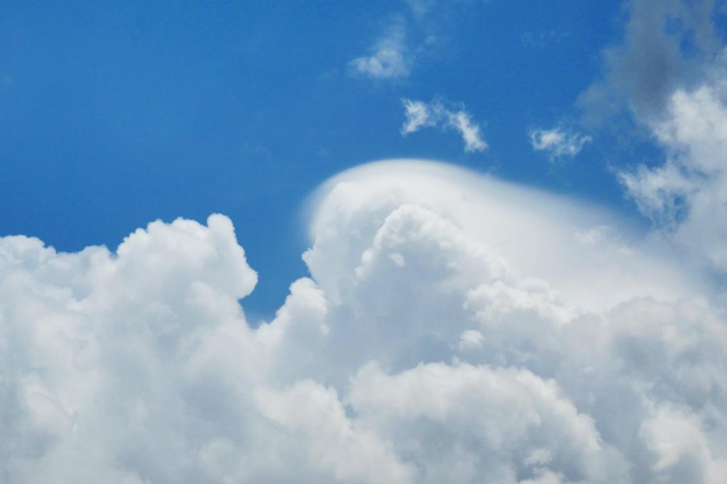 頭巾雲と青空の写真素材