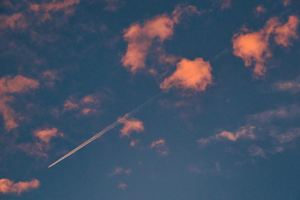 夕方の飛行機雲の写真素材